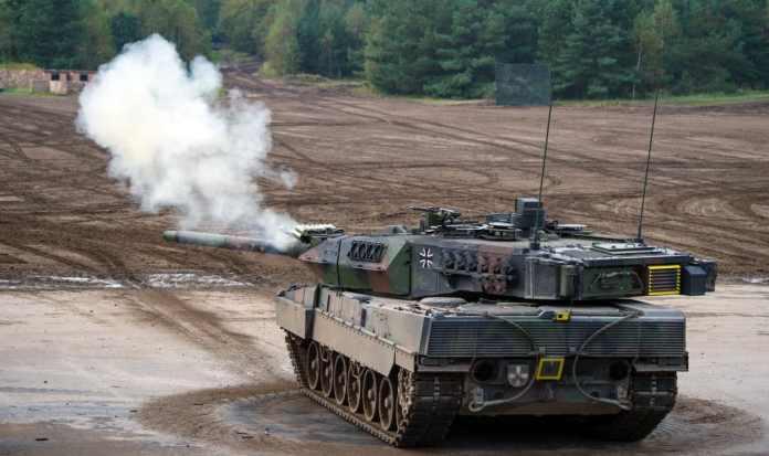 ARCHIV - Ein Kampfpanzer vom Typ «Leopard 2A7» steht am 25.09.2017 in Munster (Niedersachsen) bei der Vorbereitung zu der Informationslehrübung «Landoperationen 2017» auf dem Übungsplatz. Das stark abgekühlte Verhältnis zwischen Deutschland und der Türkei blockiert oder verzögert auch geplante Rüstungsgeschäfte zwischen den Ländern.