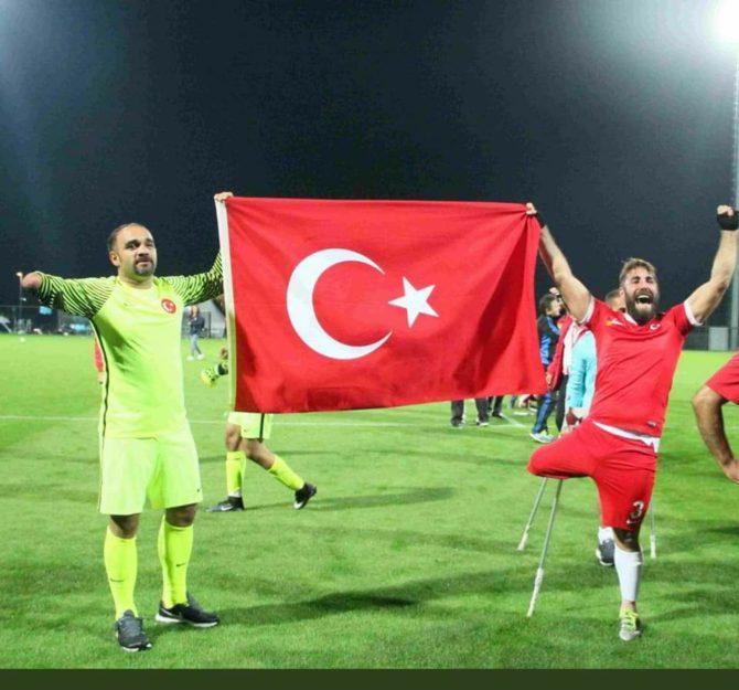 Die türkische Amputierten Fußball-Nationalmannschaft mit einer türkischen Flagge