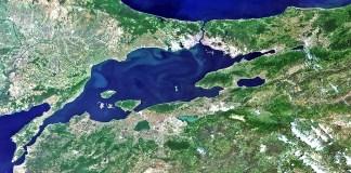 09.06.2011, Türkei, Marmarameer: Istanbul und die Umgebung im Nordwesten der Türkei, aufgenommen vom MERIS-Gerät vom Satelliten Envisat der European Space Agency (ESA). Im Norden liegt das Schwarze Meer, das über die Bosporusstraße mit dem Marmarameer (Mitte) verbunden ist. Die Dardanellenstraße verbindet die Marmara mit dem Ägäischen Meer (untere linke Ecke). Die größte Stadt der Türkei, Istanbul, liegt in der Nähe des Bildmittelpunktes an der Bosporusstraße. Istanbul erstreckt sich über zwei Kontinente (Europa und Asien) und ist damit ein echter Treffpunkt von Ost und West. Die Lage der Türkei macht sie anfällig für Erdbeben, denn die 1000 Kilometer lange nordanatolische Störung liegt nur 15 Kilometer südlich von Istanbul. Da Erdbeben plötzlich dazu führen können, dass aktuelle Karten veraltet sind, sind Satellitenbilder nützlich, um die Ansichten über die Auswirkungen der Landschaft zu aktualisieren und Referenzkarten für Notfallmaßnahmen zu erstellen. Darüber hinaus ermöglichen Satellitenbilder des Gebietes vor und nach der Aufnahme eine zuverlässige Schadensbewertung als Grundlage für die Planung von Sanierungsmaßnahmen.