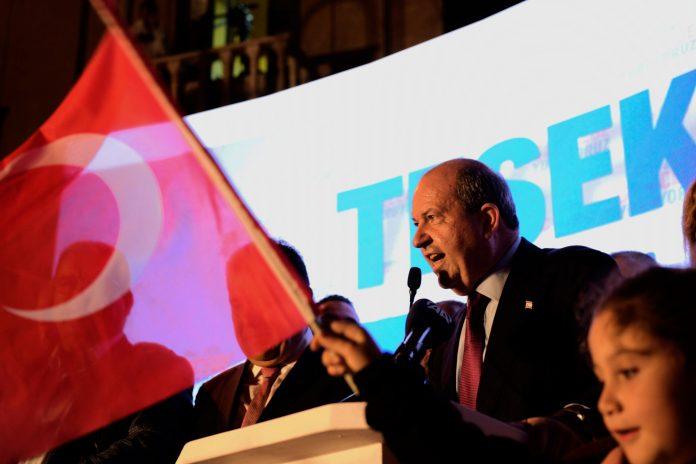 Der neu gewählte türkisch-zypriotische Führer Ersin Tatar (2.v.r) spricht mit seinen Anhängern, nachdem er die Wahl der türkischen Zyprioten im türkisch besetzten Gebiet im Nordteil der geteilten Hauptstadt Nikosia, Zypern, nach ersten Ergebnissen gewonnen hat.