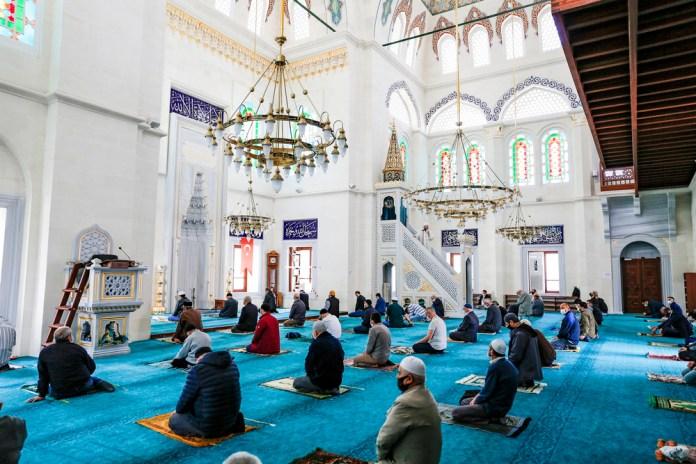 In der Moscheen gilt weiterhin Maskenpflicht und das Abstandsgebot.