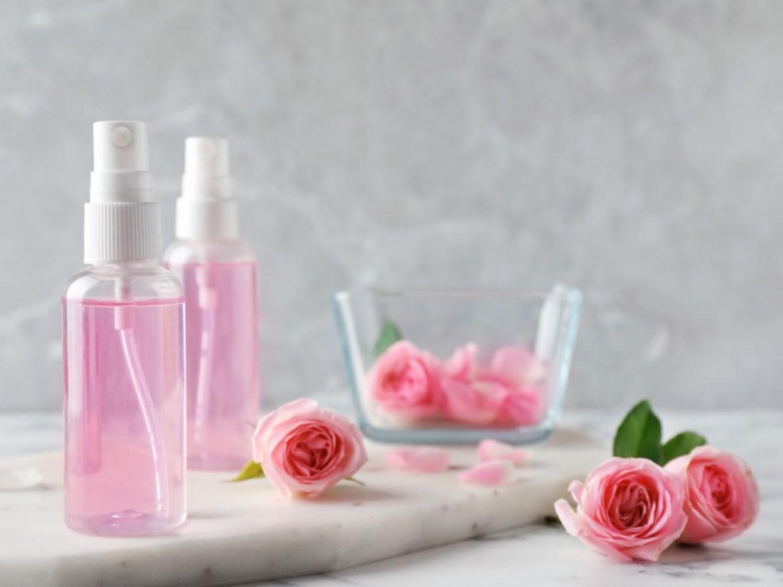 Conoce los beneficios del agua de rosas y cómo prepararla en casa   Magacín