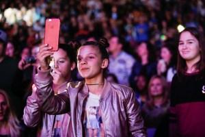 13 photographer fan girl in crowd