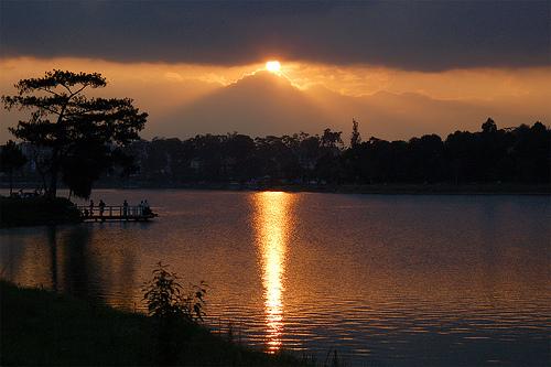 Nắng trên hồ Xuân Hương