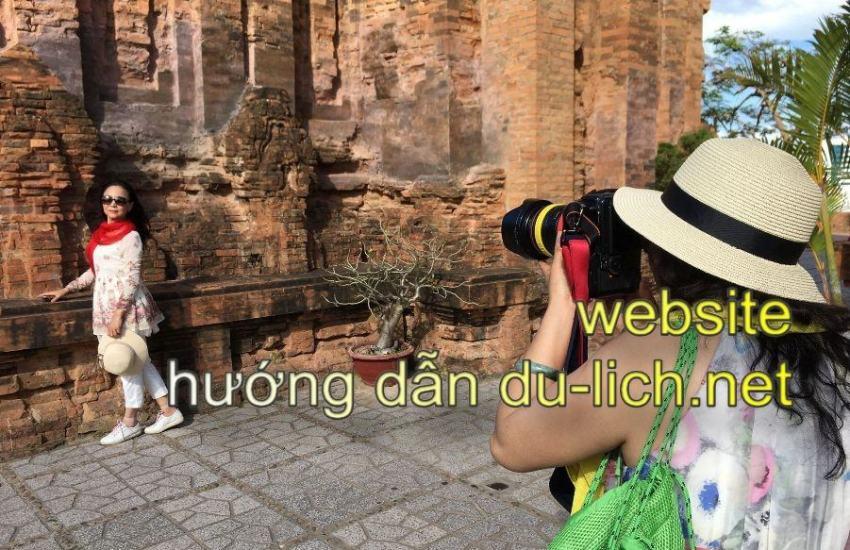 Hình ảnh du khách Trung Quốc chụp hình tại các tòa tháp