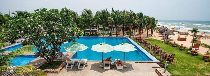 Hệ thống hồ bơi của khách sạn Eden Resort Phú Quốc nằm sát biển