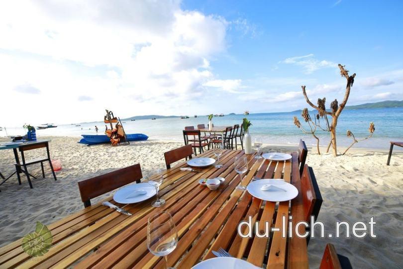 Có thể tổ chức cắm trại, ăn uống ngay tại các nhà nghỉ homestay nằm sát biển Cô Tô