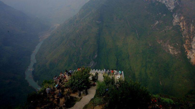 Du khách đứng ngắm nhìn toàn cảnh sông Nho Quế từ đỉnh đèo Mã Pí Lèng huyền thoại