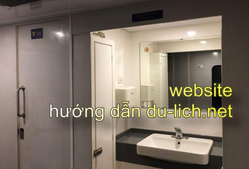 Khu vực toilet và nhà vệ sinh ở mỗi toa của tàu 5 sao TPHCM - Nha Trang