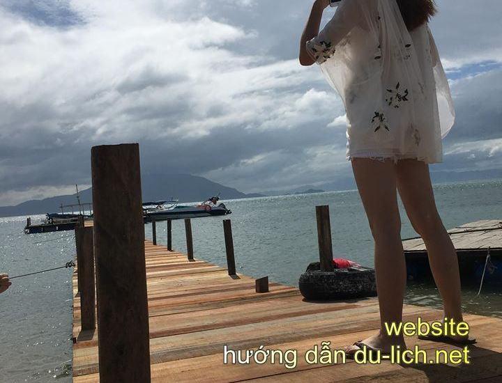 Một cô gái Trung Quốc tạo dáng trên cầu cảng đảo Điệp Sơn