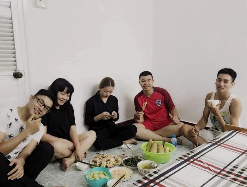 Hình ảnh các bạn trẻ tổ chức nấu nướng ăn uống ngay tại May Homestay ở Tuy Hòa Phú Yên (7)