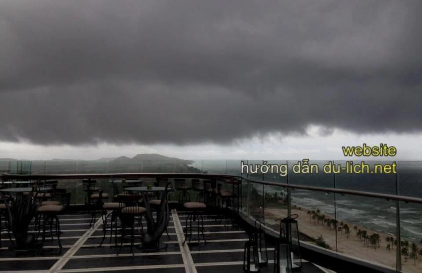 Nếu muốn ngắm mưa và những cơn dông ở biển Phú Quốc, cứ lên tầng 19 nóc nhà Phú Quốc