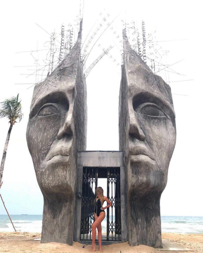 Bức tượng mặt người xẻ đôi ở Sunset Sanato Phú Quốc (1)