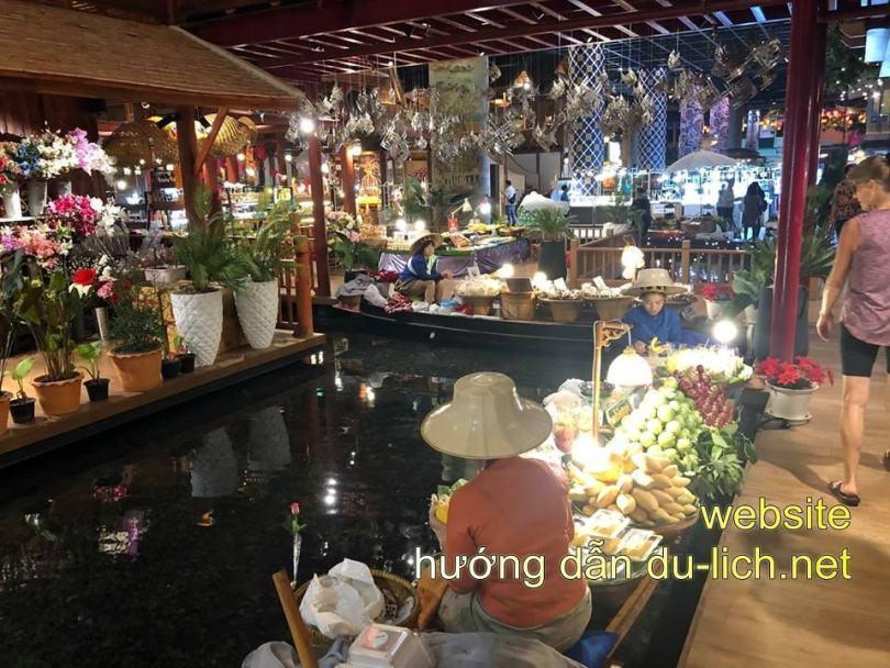 Review kinh nghiệm đi Icon Siam: Họ xây dựng hẳn 1 khu chợ nổi rất ảo diệu ở tầng G
