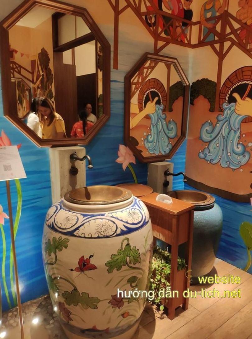 Cái WC ở Icon Siam cũng đẹp luôn nha