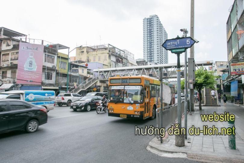 Liên tục các trạm xe bus và BTS để đi tàu điện tới các trung tâm mua sắm