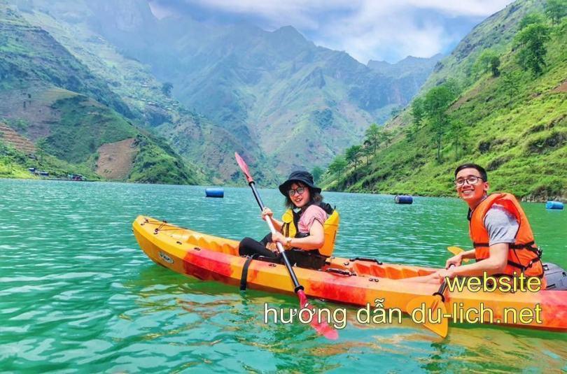 Thuê thuyền tự chèo trên sông Nho Quế