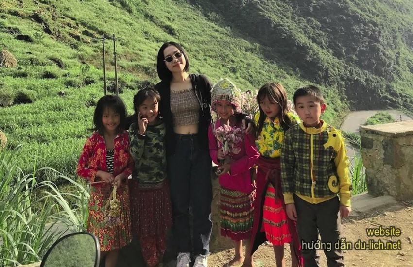 Các em bé H'Mông ở cao nguyên đá, chỉ nên cho kẹo, đừng cho tiền