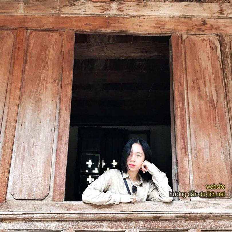 Trên cửa sổ nhà họ Vương