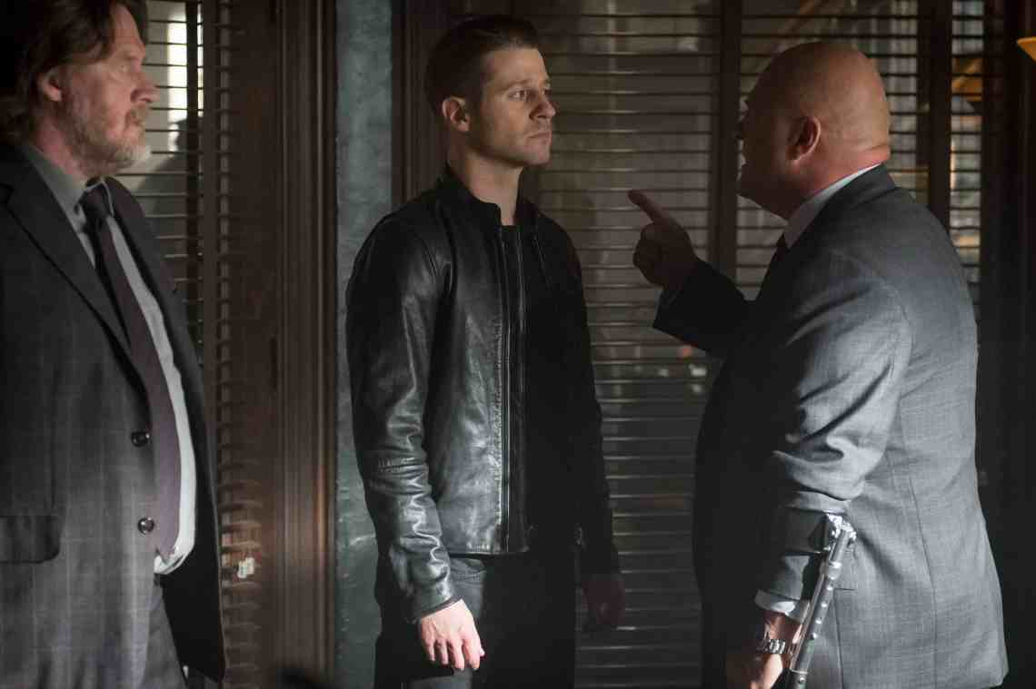GOTHAM: L-R: Donal Logue, Ben McKenzie, and Michael Chiklis in the ÒMad City: Better to Reign in HellÉÓ season premiere episode of GOTHAM airing airing Monday, Sept. 19 (8:00-9:01 PM ET/PT) on FOX. ©2015 Fox Broadcasting Co. Cr: Jeff Neumann/FOX.