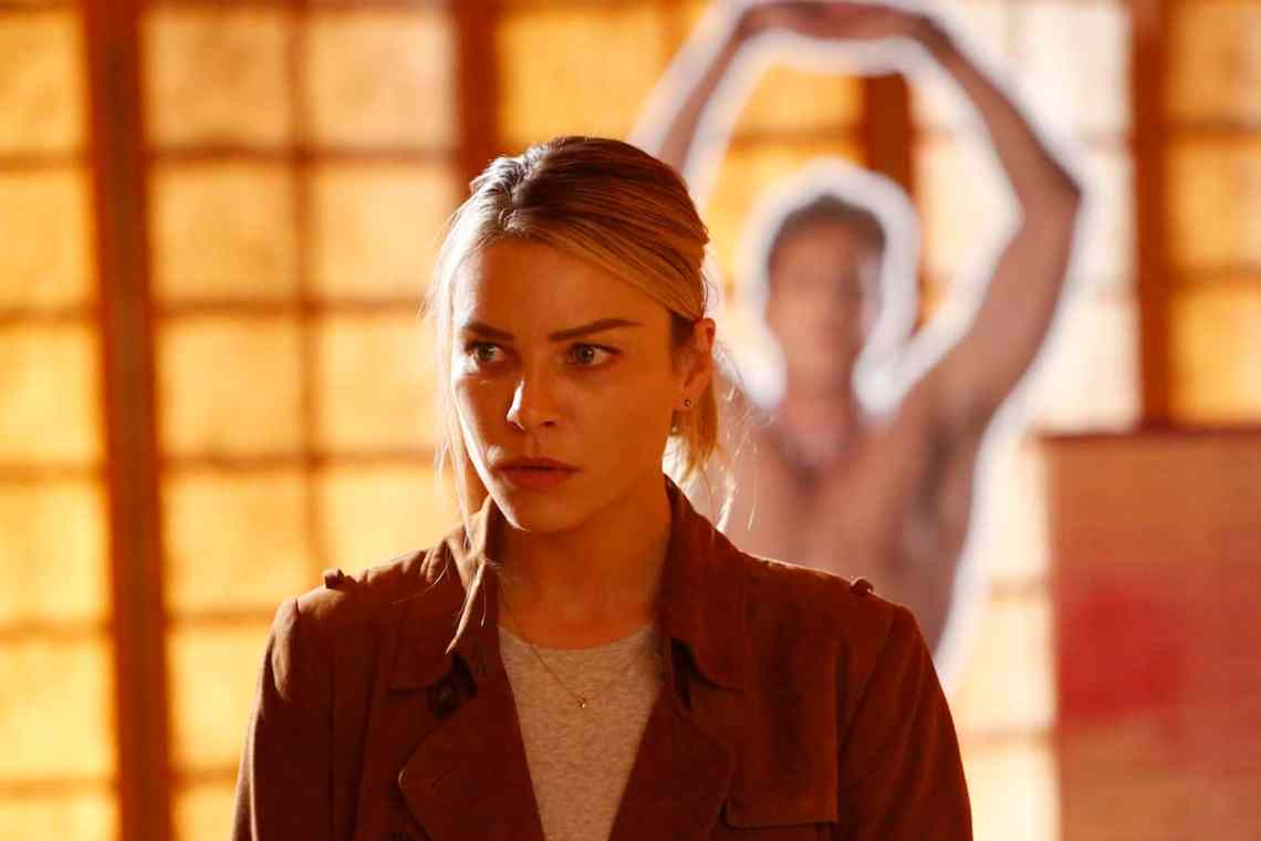 "LUCIFER: Lauren German in the ""Trip To Stabby Town"" episode of LUCIFER airing Monday, Nov. 14 (9:01-10:00 PM ET/PT) on FOX. ©2016 Fox Broadcasting Co. Cr: Bettina Strauss/FOX"