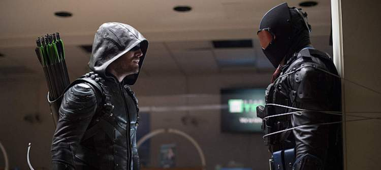 "Arrow -- ""Vigilante"" -- Image AR507b_353b.jpg -- Pictured (L-R): Stephen Amell as Oliver Queen/The Green Arrow and Vigilante, -- Photo: Diyah Pera/The CW -- © 2016 The CW Network, LLC. All Rights Reserved."