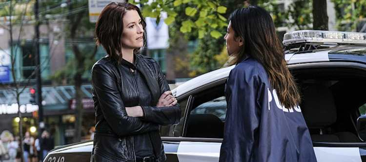 "Supergirl -- ""Crossfire"" -- Image SPG205a_0040 -- Pictured (L-R): Chyler Leigh as Alex Danvers and Floriana Lima as Maggie Sawyer -- Photo: Robert Falconer /The CW -- © 2016 The CW Network, LLC. All Rights Reserved"
