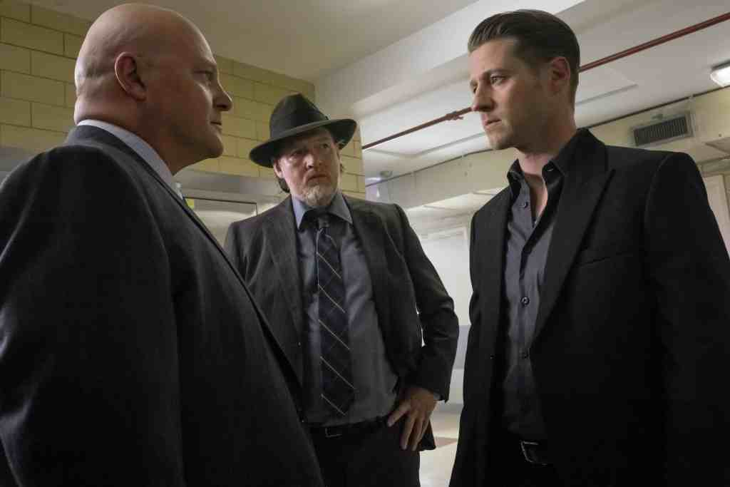 GOTHAM: L-R: Michael Chiklis, Donal Logue and Ben McKenzie in the ÒMad City: Red QueenÓ episode of GOTHAM airing Monday, Oct. 31 (8:00-9:01 PM ET/PT) on FOX. ©2016 Fox Broadcasting Co. Cr: Jeff Neumann/FOX.