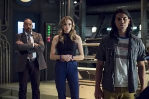 """The Flash -- """"The Present"""" -- Image FLA309b_0165b.jpg -- Pictured: Jesse L. Martin as Detective Joe West, Danielle Panabaker as Caitlin Snow and Carlos Valdes as Cisco Ramon -- Photo: Katie Yu/The CW -- © 2016 The CW Network, LLC. All rights reserved."""