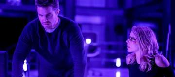 """Arrow -- """"Underneath""""-- Image AR520a_0007b.jpg -- Pictured (L-R): Stephen Amell as Oliver Queen/The Green Arrow and Emily Bett Rickards as Felicity Smoak -- Photo: Robert Falconer/The CW -- © 2017 The CW Network, LLC. All Rights Reserved."""