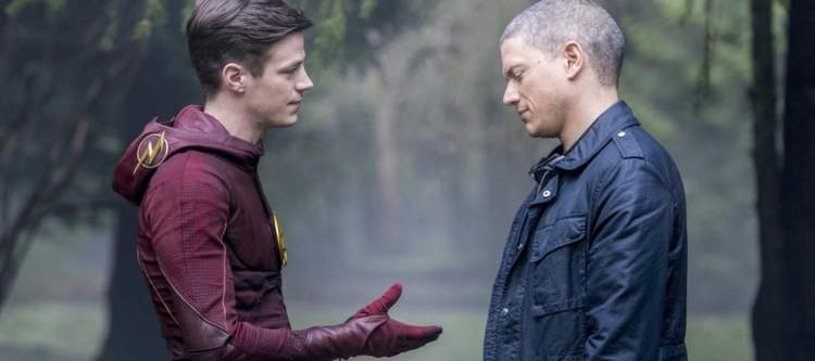"""The Flash -- """"Infantino Street"""" -- FLA322b_0151b.jpg -- Pictured (L-R): Grant Gustin as Barry Allen and Wentworth Miller as Leonard Snart/Captain Cold -- Photo: Dean Buscher /The CW -- © 2017 The CW Network, LLC. All rights reserved."""
