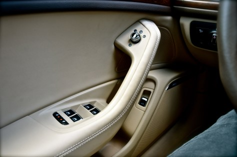 Leather-covered armrest at the doors - Audi A6 2016
