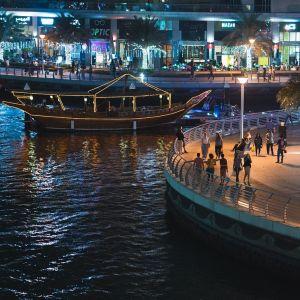 Dubai marina éjjel is gyönyörű