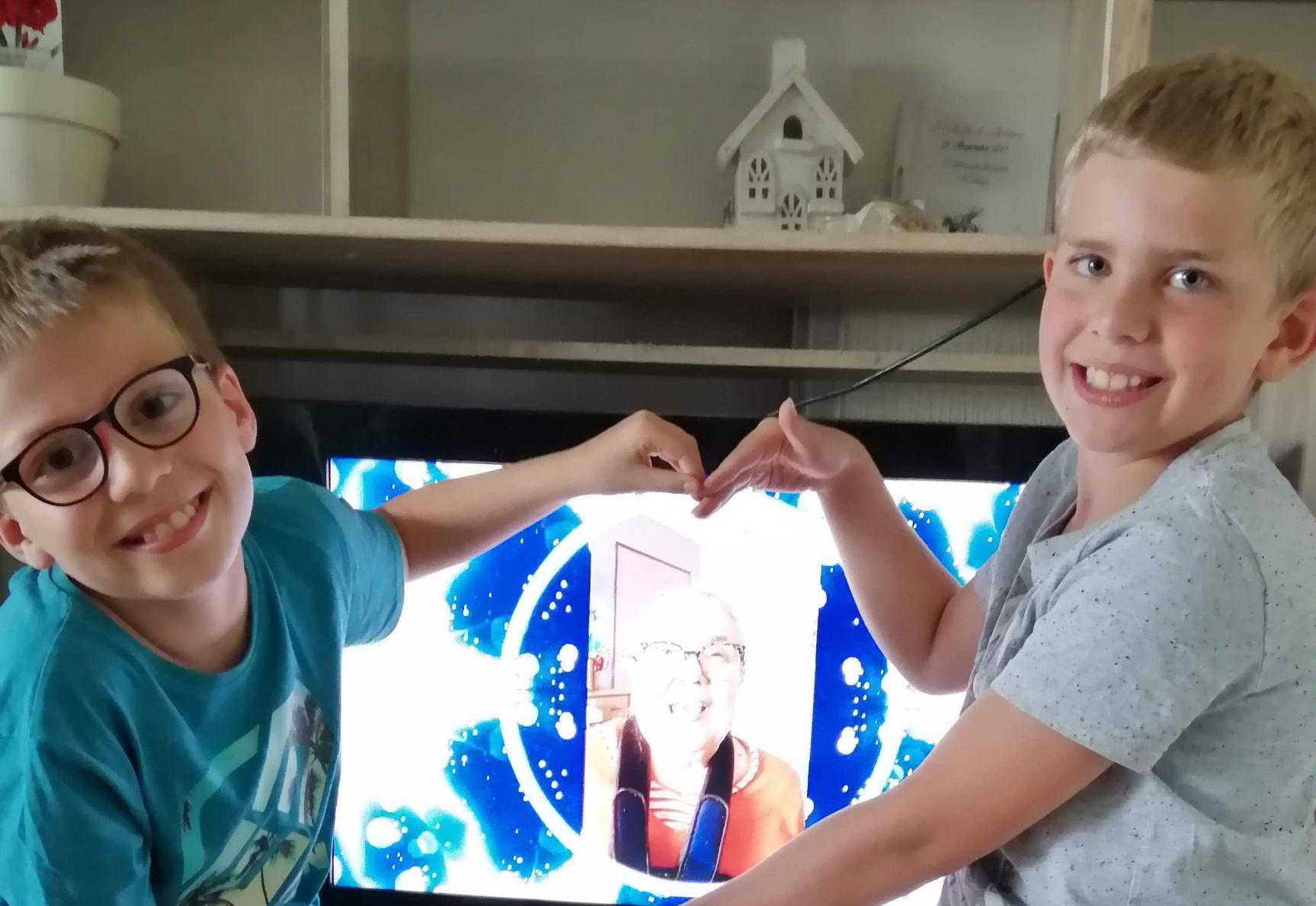 enfants montrent leur vidéo