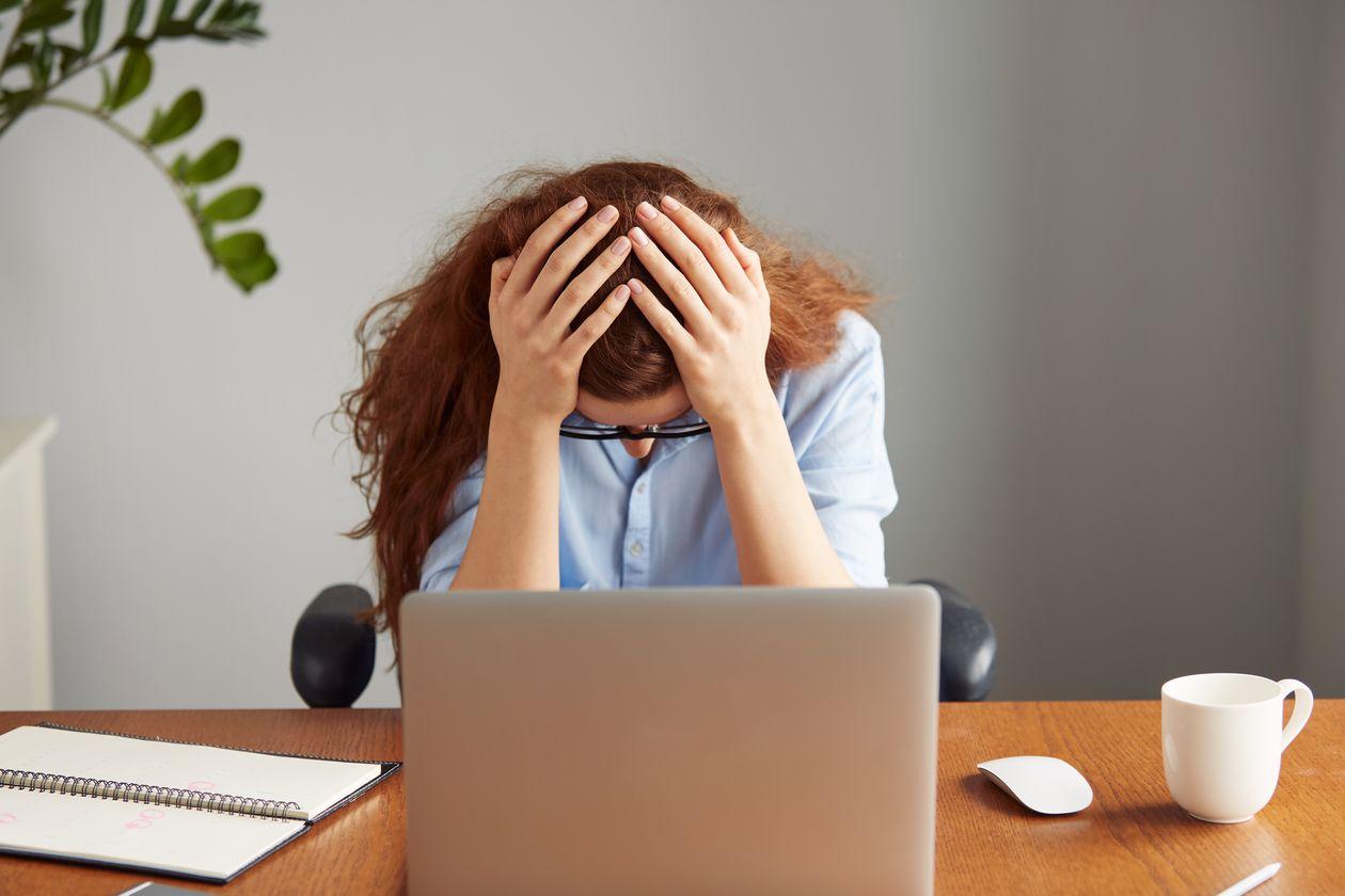 femme fatiguee devant son ordinateur