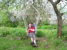 Radość zabawy wśród kwitnącego sadu