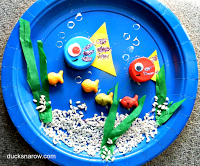Adorable under the sea preschool craft with blue paper plates, bottle caps and fish crackers. #preschool #kidscrafts #kindergarten