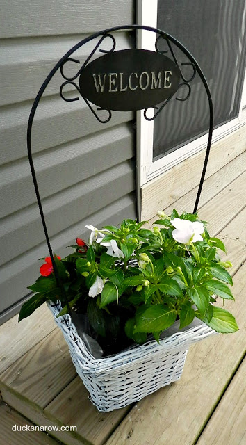 Wicker planter redo with pretty impatiens flowers