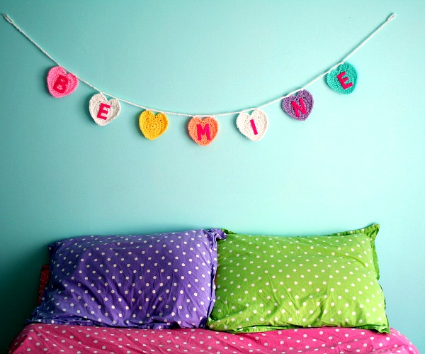 Colorful crochet conversation heart garland by Twinkie Chan