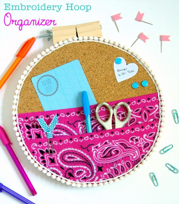 Wall organizer made out of an embroidery hoop #organizing #DIY