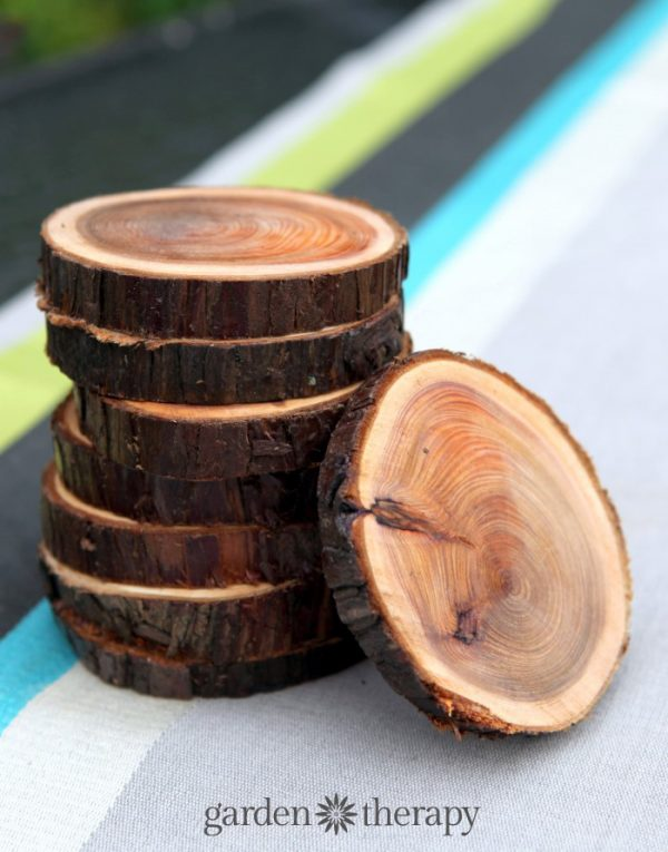 How to make wood slice coasters by Garden Therapy #DIY