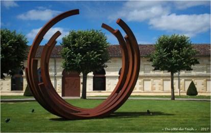 BLOG-P7110185-2-monumentale Bernar Venet chateau Malescasse