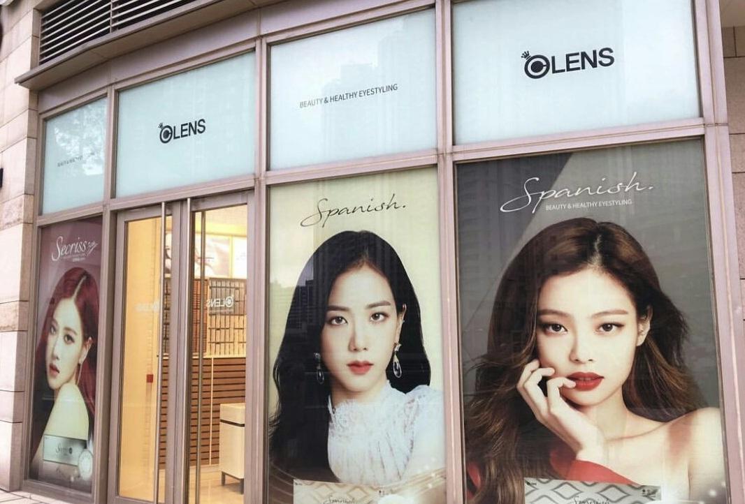 BlackPink มี 4 คน บลิงค์เดือด! ร้าน O-Lens ในฮ่องกง แต่งร้านโดยขาดภาพของ 'ลิซ่า' ดันแท็ก #nolisanomoney ติดอันดับ 1 เทรนด์ไทย