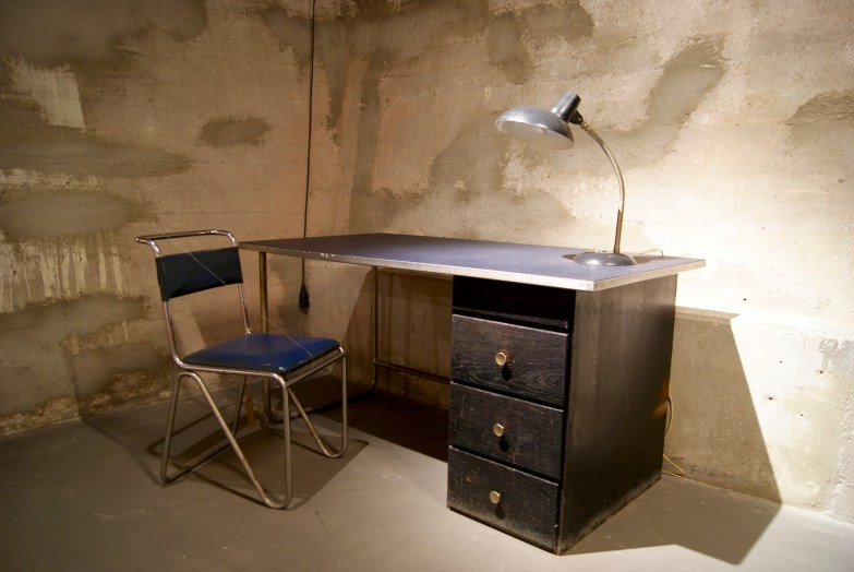 Standaard bureau met lamp en stoel