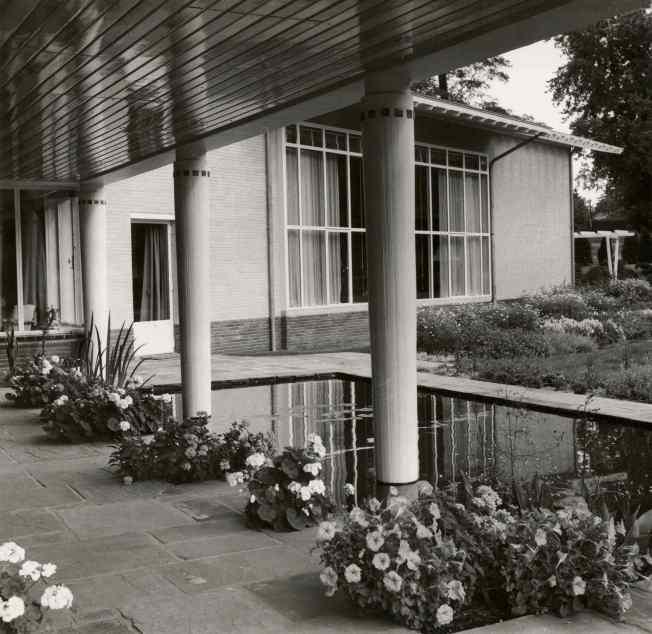 SAGV032.7+12554 Binnenplaats met vijver en pilaren van de villa aan de Jacobus Pennweg 19 1955 Hilversum SAGV032.7 Aanwinsten fotocollectie