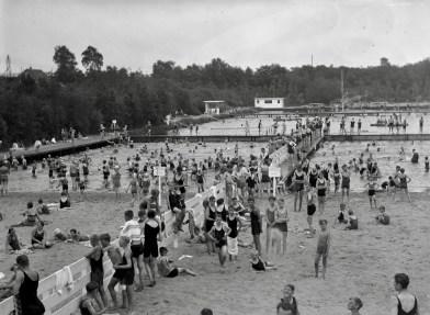 """Foto uit een serie over het ArchiefL: collectie www.gooienvechthistorisch.nl. Openluchtzwembad Crailoo, destijds het fraaiste bad van Nederland. De belangstelling was enorm.Collectie """"Door Dudok afgekeurd"""", in 2016 Streekarchief Gooi- en Vechtstreek Hilversum (vermelding verplicht)."""