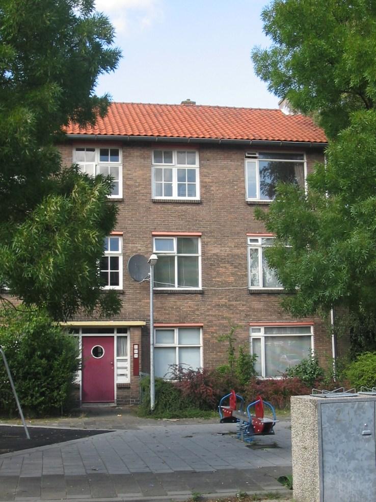 20e woningbouwcomplex, Ooievaarstraat Hilversum, portiekwoningen (gesloopt). Foto: www.tgooi.info
