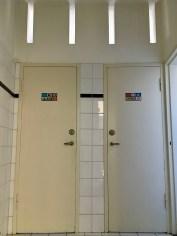 Toiletten met licht- en luchtsleuven. Gebouw met ontvangstruimte, kantoor en directeurswoning. Begraafplaats Westerveld, Driehuis. Foto Peter Veenendaal