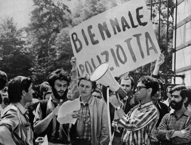 Le proteste degli studenti alla Biennale del 1958 (http://www.artomniart.com)