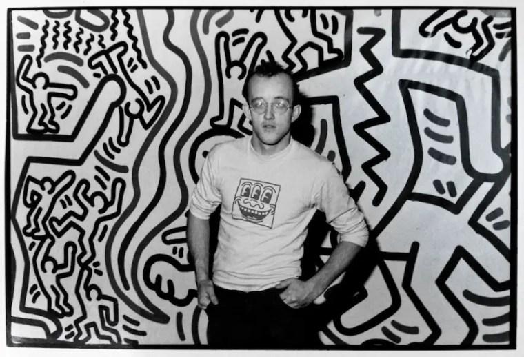Keith Haring ritratto con una delle sue opere